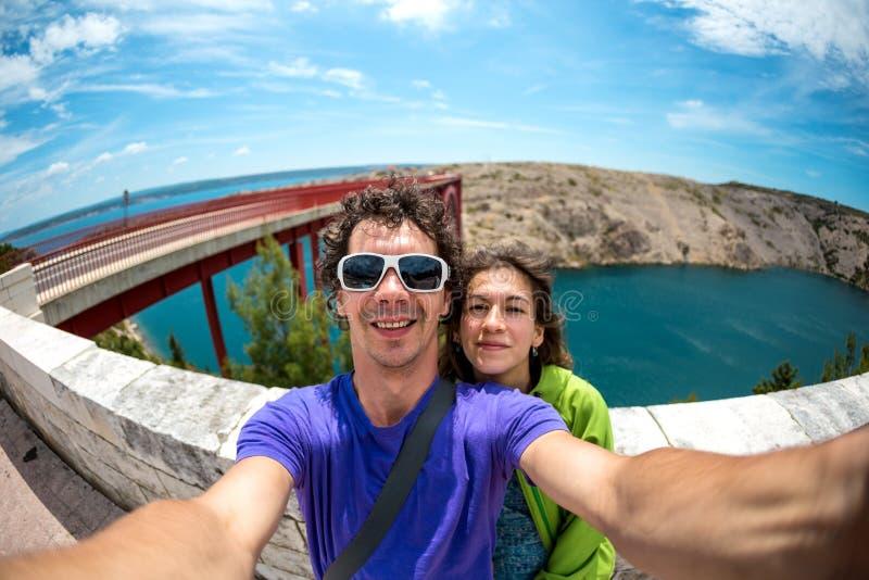Um par toma um selfie na ponte foto de stock royalty free