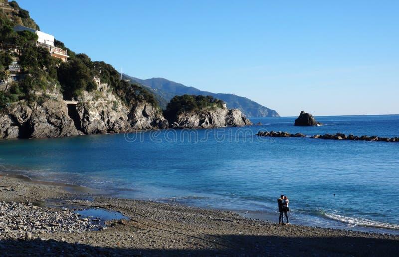 Um par visita a praia em Monterosso, Itália imagem de stock royalty free