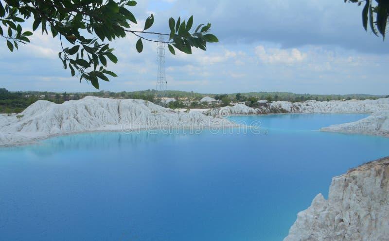 Um paraíso azul: Lago kaolin, ilha de Bangka de Indonésia fotos de stock