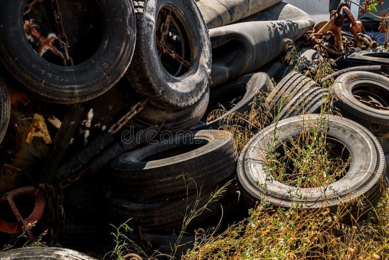 Um para-choque de borracha pesado enorme de Marine Pneumatic cercado pelos pneus fixados com correntes foto de stock