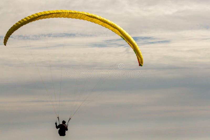 Um para-planador acima no céu durante uma mosca, cercada pelo clou fotografia de stock