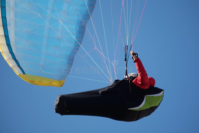 Um paraglider profissional contra o céu azul imagens de stock