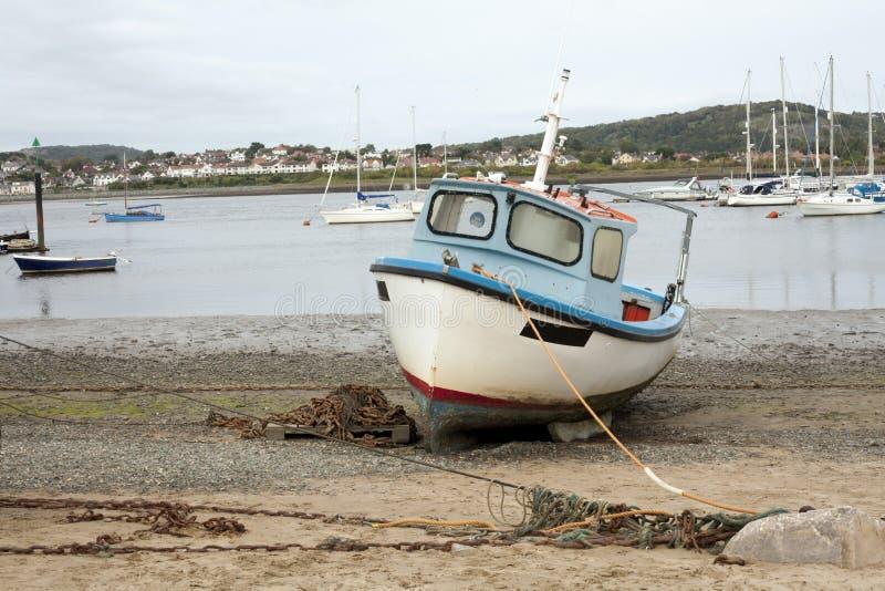 Um parque de madeira velho do barco apenas na praia da areia fotografia de stock royalty free