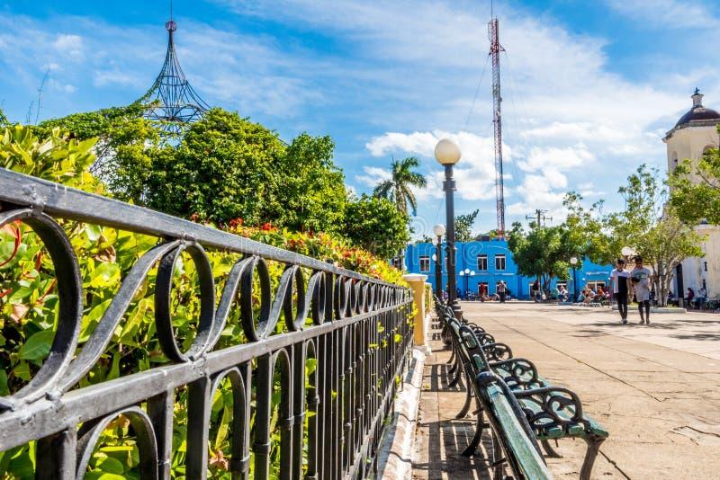 Um parque de Trinidad Cuba, dia ensolarado, construções bonitas foto de stock