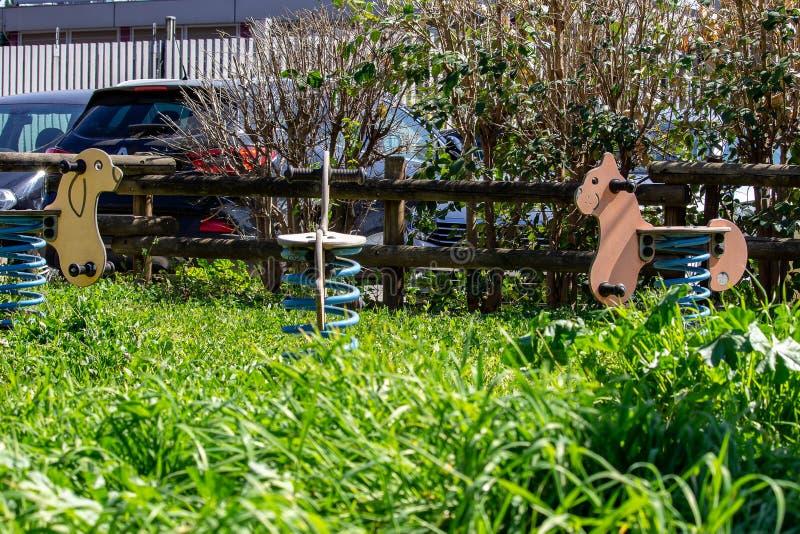 Um parque exterior com passeios do divertimento para crianças imagem de stock