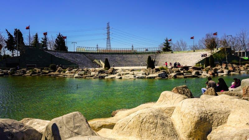 Um parque grande nacional e uma área do anfiteatro Um céu azul e árvores com folha verde Outono na cidade imagem de stock