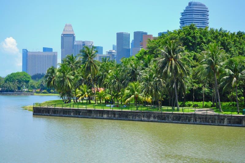 Um parque pelo rio na cidade imagem de stock