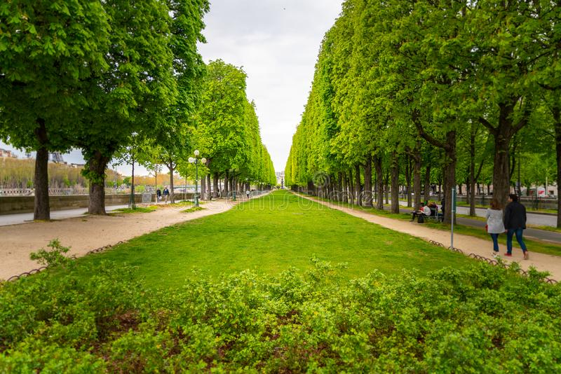 Um parque pequeno ao longo do Seine River em Paris, França imagem de stock