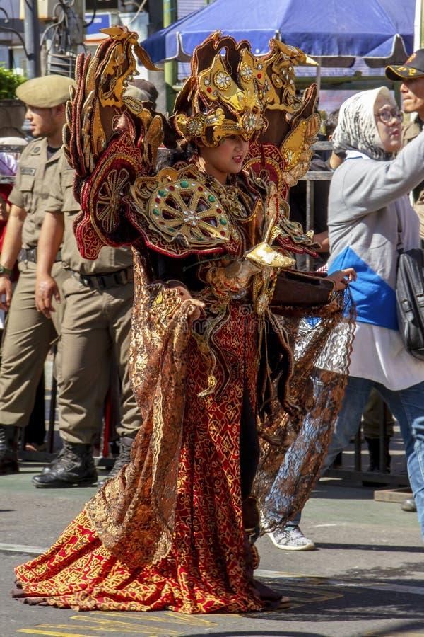 Um participante do carnaval no festival 2019 de Ásia África fotos de stock
