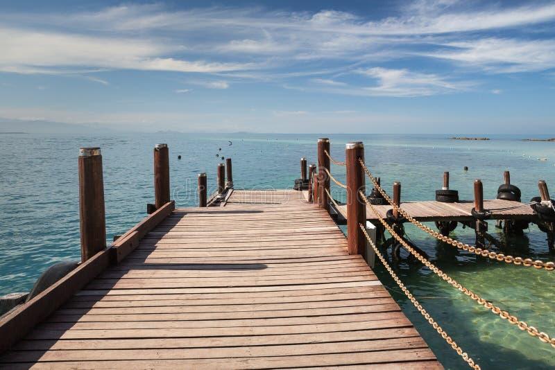 Um passeio à beira mar de madeira em Kota Kinabalu em Malásia imagem de stock royalty free