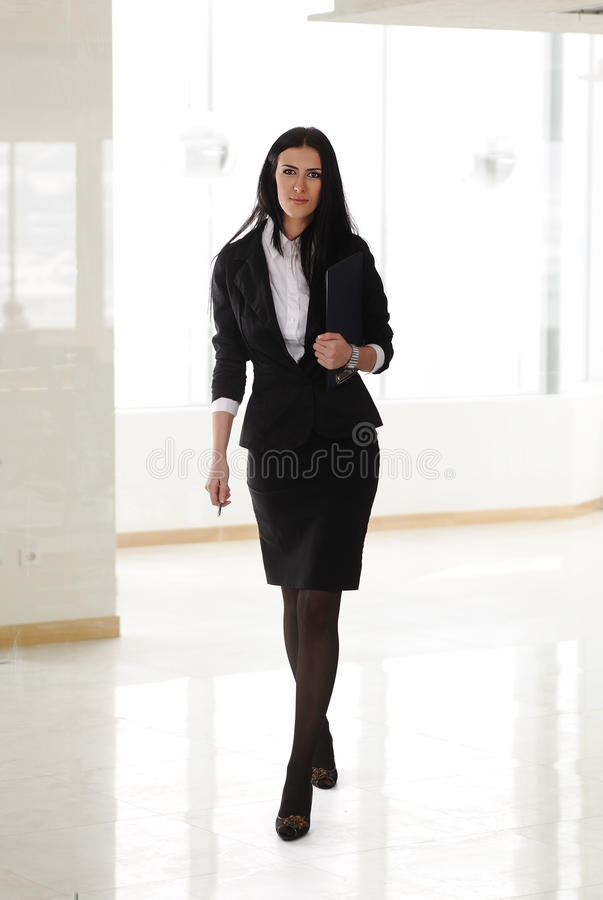 Um passeio bonito da mulher de negócio fotos de stock royalty free