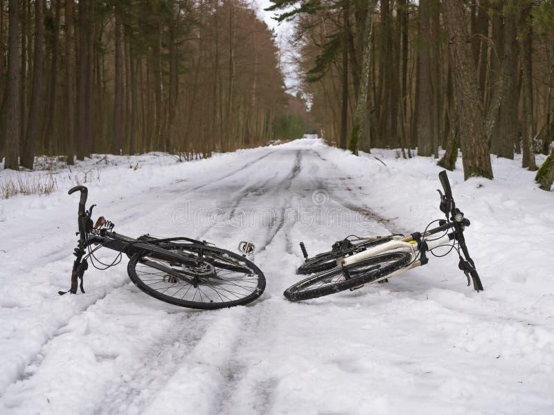Um passeio da bicicleta no derretimento da neve, duas bicicletas na neve, dando um ciclo na mola adiantada imagens de stock royalty free