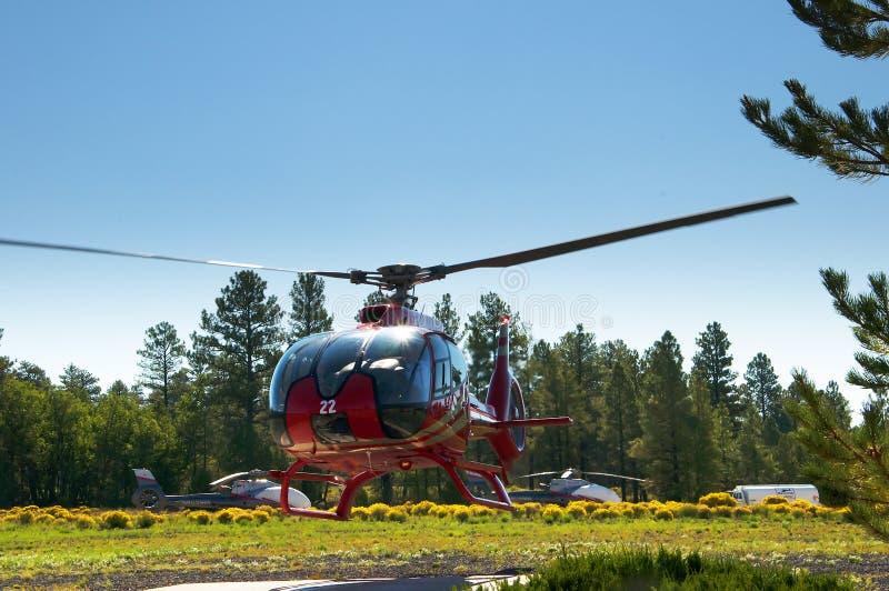 Um passeio do helicóptero sobre o parque nacional de Grand Canyon no Arizona é magnífico foto de stock
