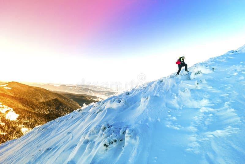 Um passeio masculino do alpinista subida em uma geleira Reac do alpinista foto de stock royalty free