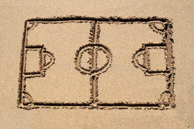 Um passo do futebol desenhado na areia. ilustração royalty free
