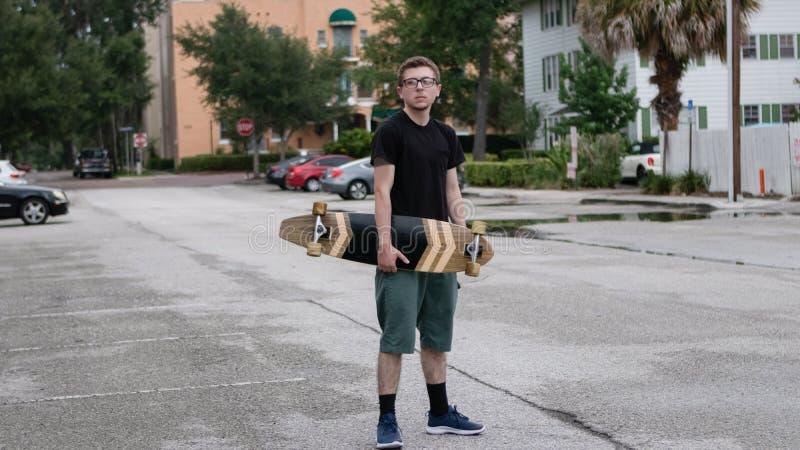 Um patim novo guarda seu skate imagens de stock