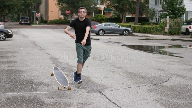 Um patim novo joga seu skate imagens de stock
