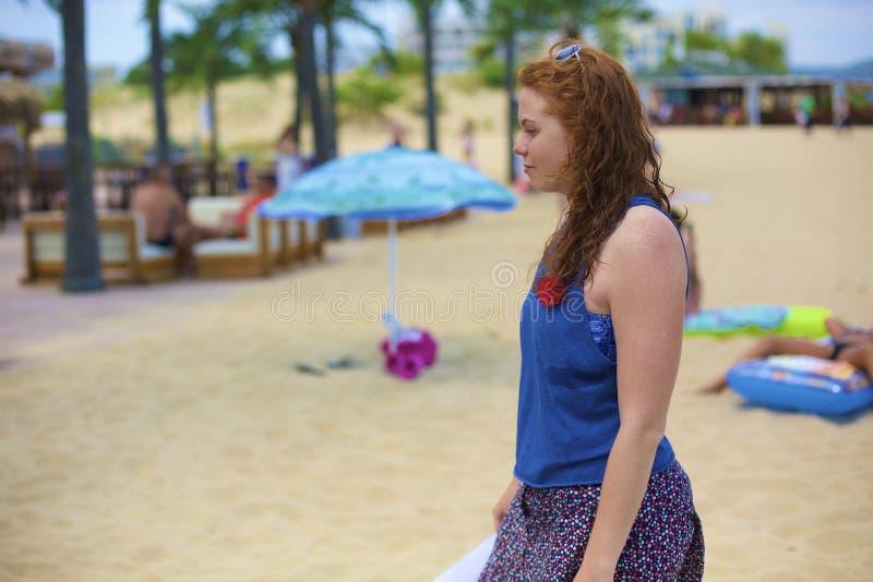Um pensamento de passeio uma senhora da praia imagem de stock royalty free