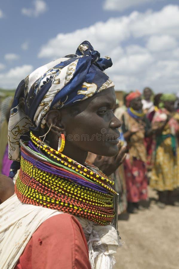 Um perfil de uma mulher do Kenyan com os grânulos no programa de reabilitação de Pepo La Tumaini Jangwani, da comunidade de HIV/A fotografia de stock royalty free