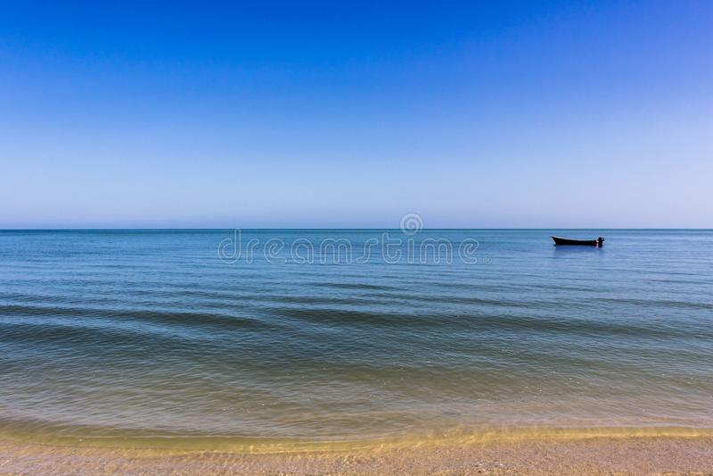 Um pescador Boat em uma paisagem calma do oceano imagens de stock