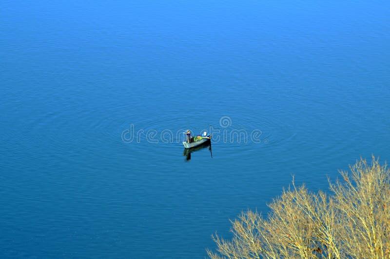 Um pescador no lago imagens de stock