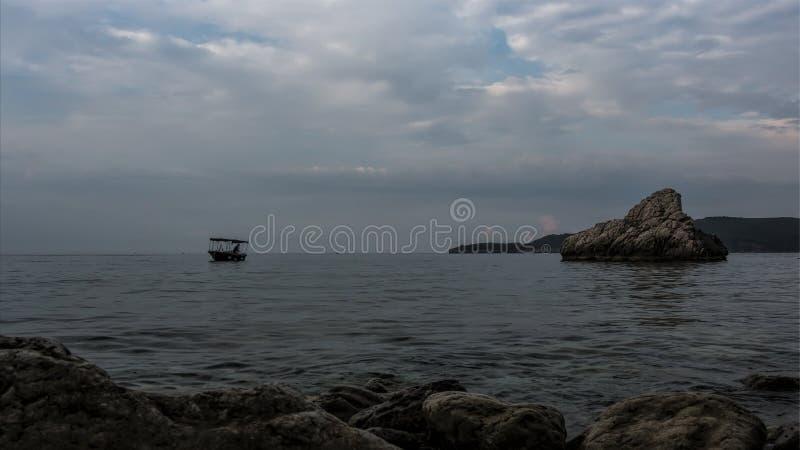 Um pescador solitário fotografia de stock