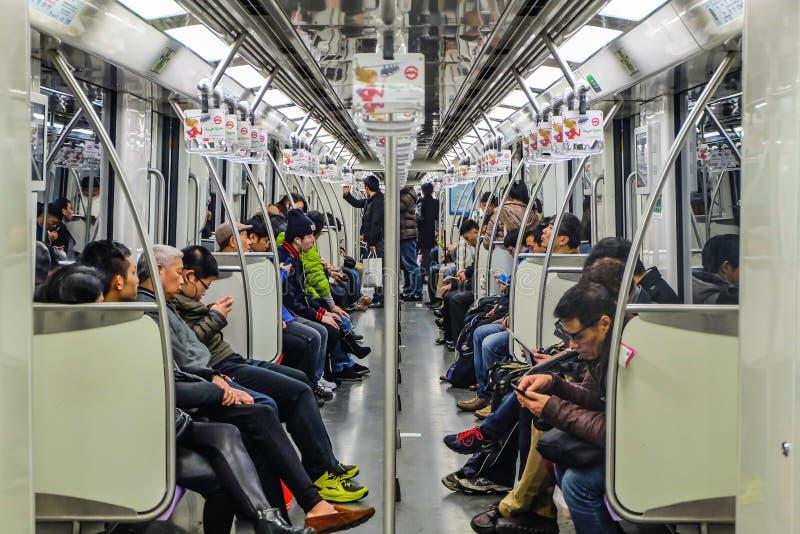 Um pessoa o mais não identificado usa o metro de Shanghai para o trânsito foto de stock