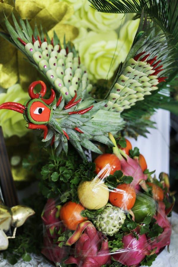 Um Phoenix feito por frutos no casamento vietnamiano tradicional fotos de stock royalty free