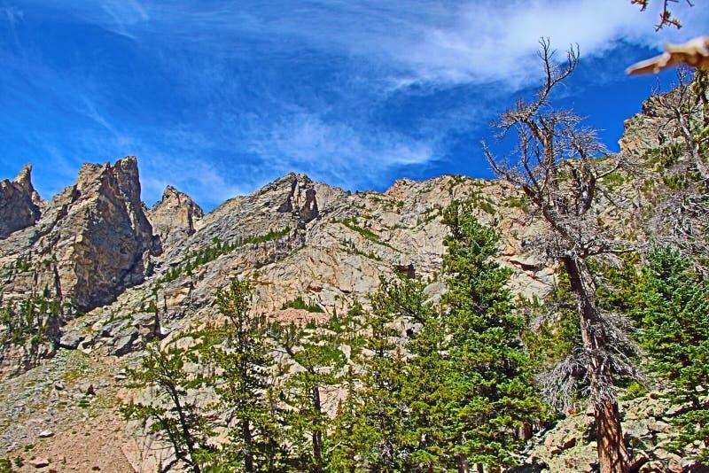 Um pico de montanha sob céus azuis fotografia de stock royalty free