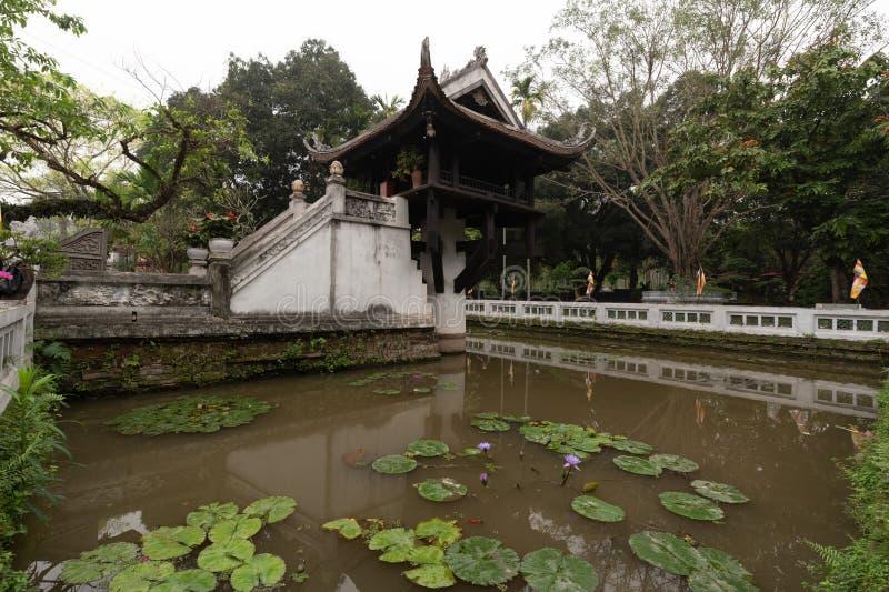 Um Pilar pagoda é um templo budista histórico em Hanói, capital do Vietnã É considerado ao lado do Templo de Perfume foto de stock