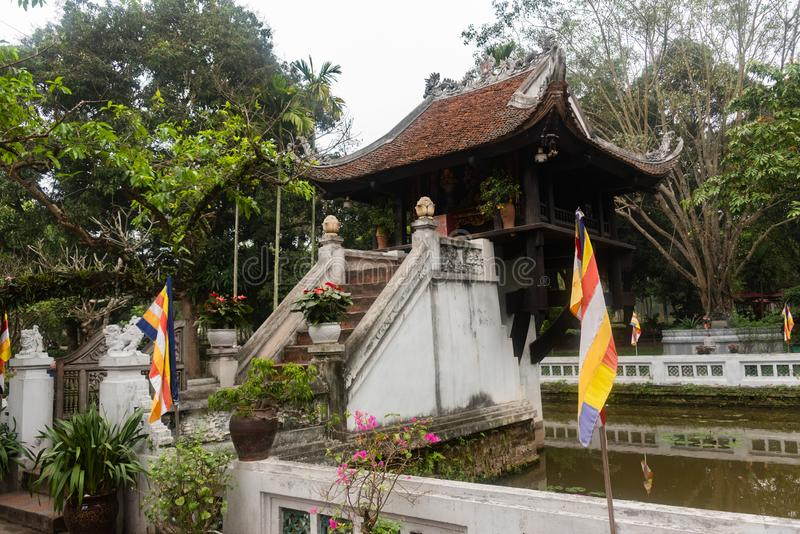 Um Pilar pagoda é um templo budista histórico em Hanói, capital do Vietnã É considerado ao lado do Templo de Perfume fotografia de stock royalty free