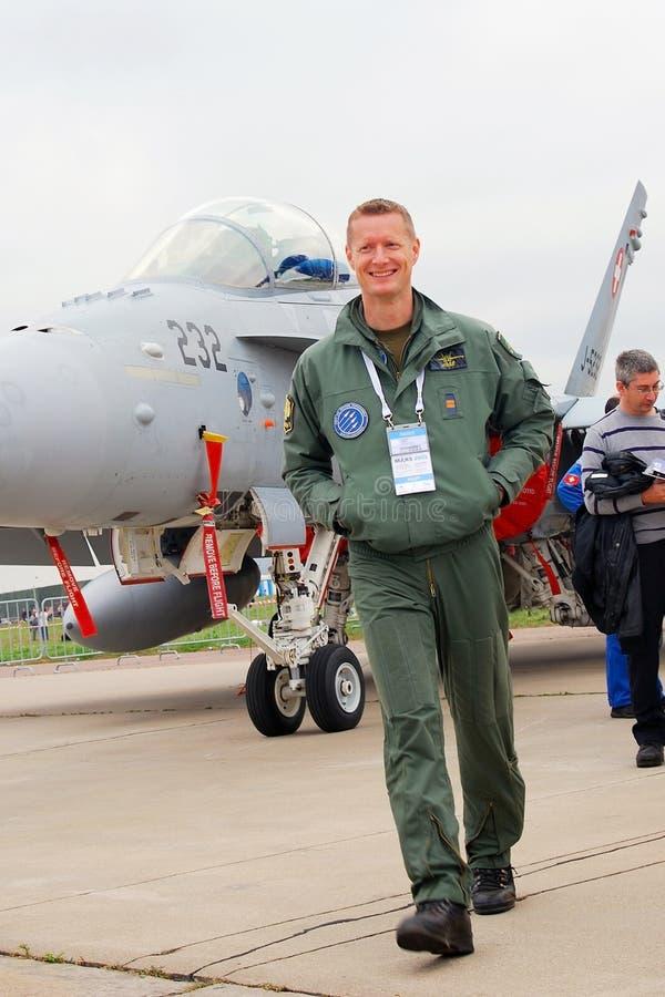Um piloto no salão de beleza aeroespacial internacional MAKS-2013