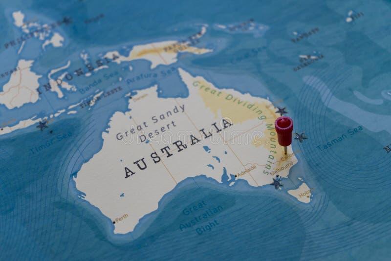 Um pino em canberra, Austrália no mapa do mundo fotografia de stock