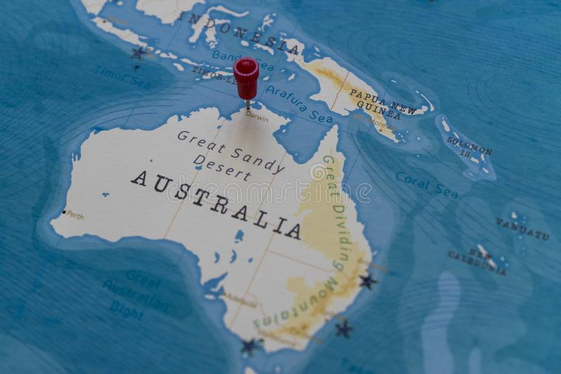 Um pino em darwin, Austrália no mapa do mundo foto de stock