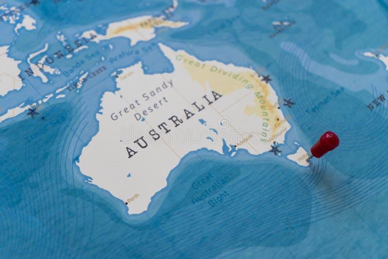 Um pino em hobart, Austrália no mapa do mundo fotografia de stock royalty free