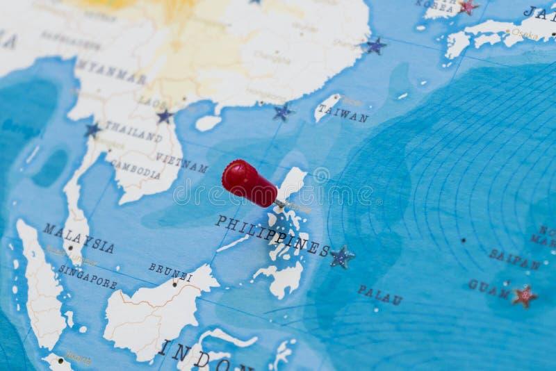 Um pino em manila, Filipinas no mapa do mundo fotografia de stock royalty free