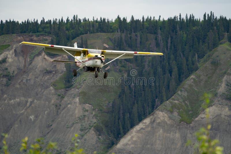 Um plano de Alaska arbusto prepara-se aterrando no aeroporto de Chitina Alaska fotos de stock