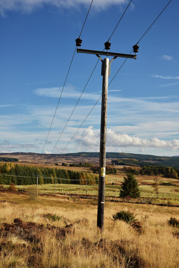 Um polo de telégrafo na montanha das montanhas de Escócia imagem de stock royalty free