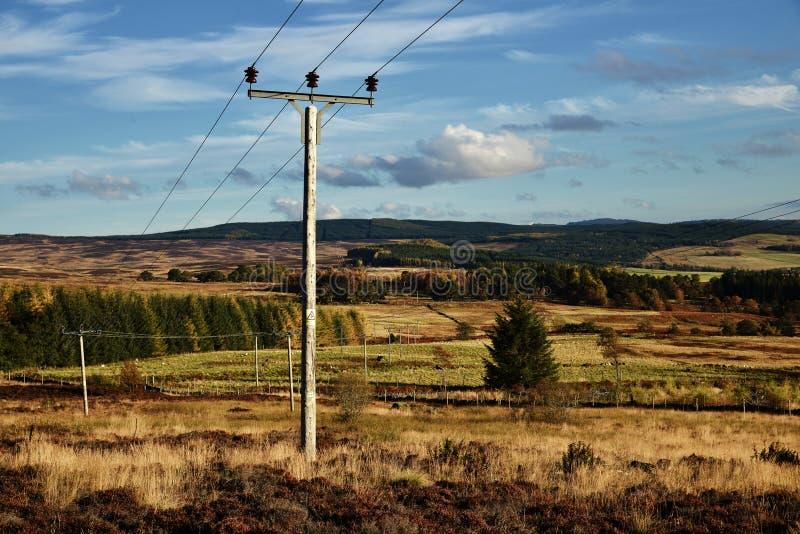 Um polo de telégrafo na montanha das montanhas de Escócia imagem de stock