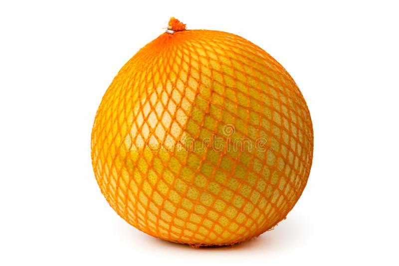 Um pomelo maduro é empacotado em uma grade em um branco imagens de stock