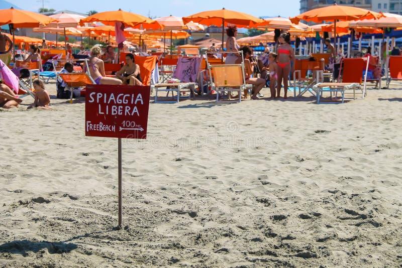 Um ponteiro aos povos de descanso próximos da praia livre em Viareggio, ele imagem de stock royalty free