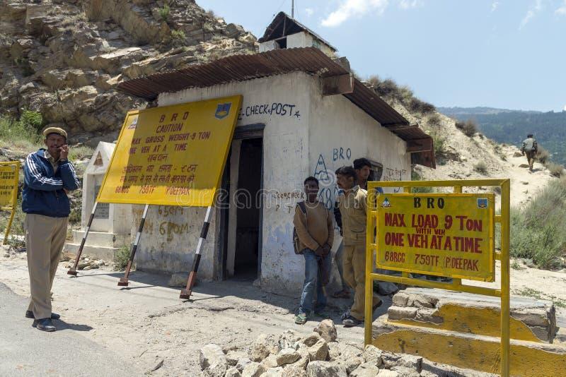Um ponto de verificação da segurança básica na rota montanhosa da Índia do norte imagens de stock royalty free