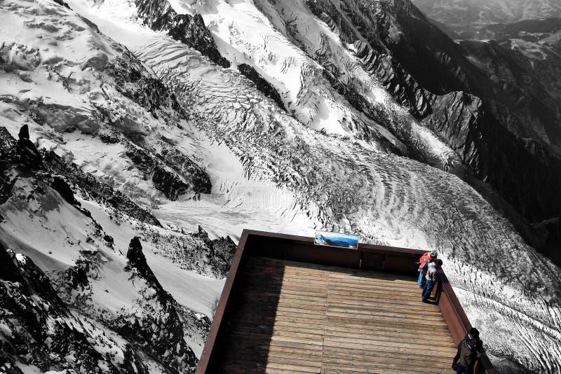 Um ponto de vista sobre a montanha de Aiguille du Midi em Chamonix, França fotografia de stock royalty free