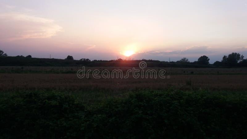 Um por do sol alaranjado de fotografia de stock royalty free
