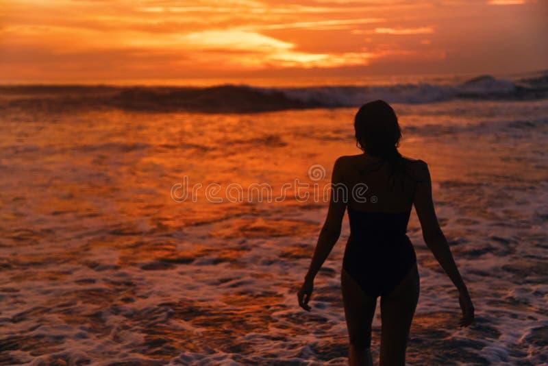 Um por do sol bonito em uma das praias de Canggu, Bali, Indonésia imagens de stock