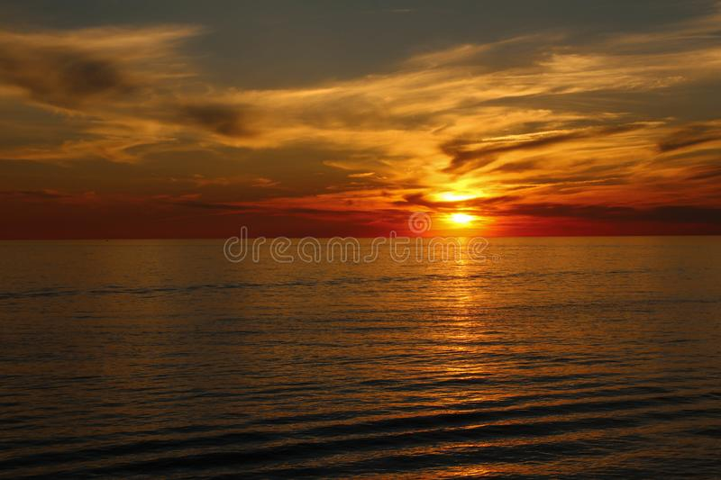Um por do sol bonito sobre o Lago Erie foto de stock royalty free