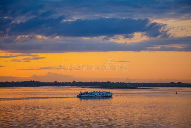 Um por do sol dourado bonito no rio fotografia de stock royalty free