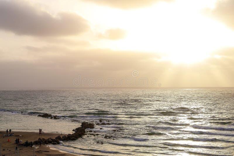 Um por do sol dourado no litoral israelita foto de stock