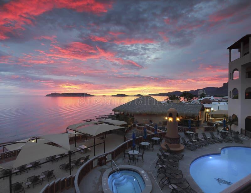 Um por do sol excitante, mar de Cortez Beach Club, San Carlos, Mex imagens de stock