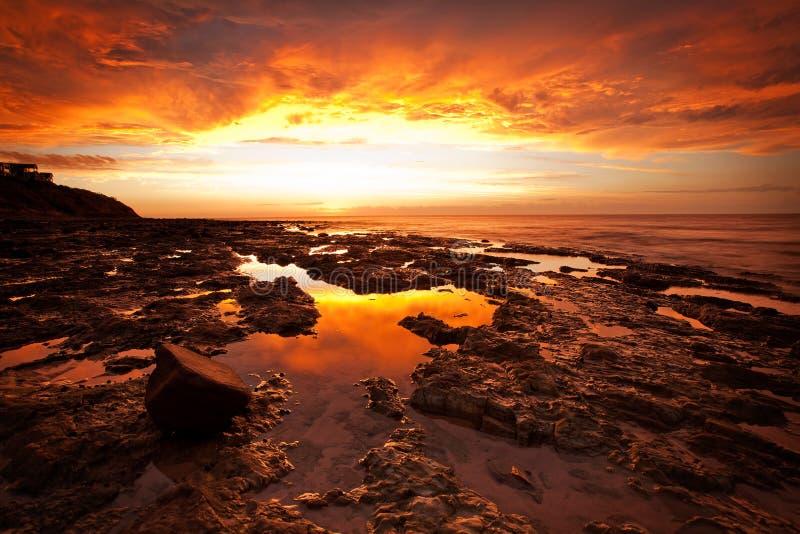 Um por do sol intenso na praia do ` s Kingston de Adelaide foto de stock royalty free
